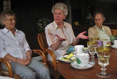 Socializing for seniors. Tips for better brain functioning